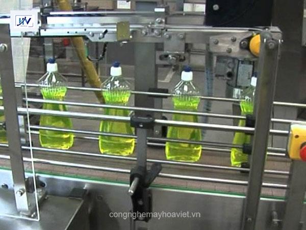 Dây chuyền sản xuất nước rửa chén tự động ứng dụng máy chiết rót
